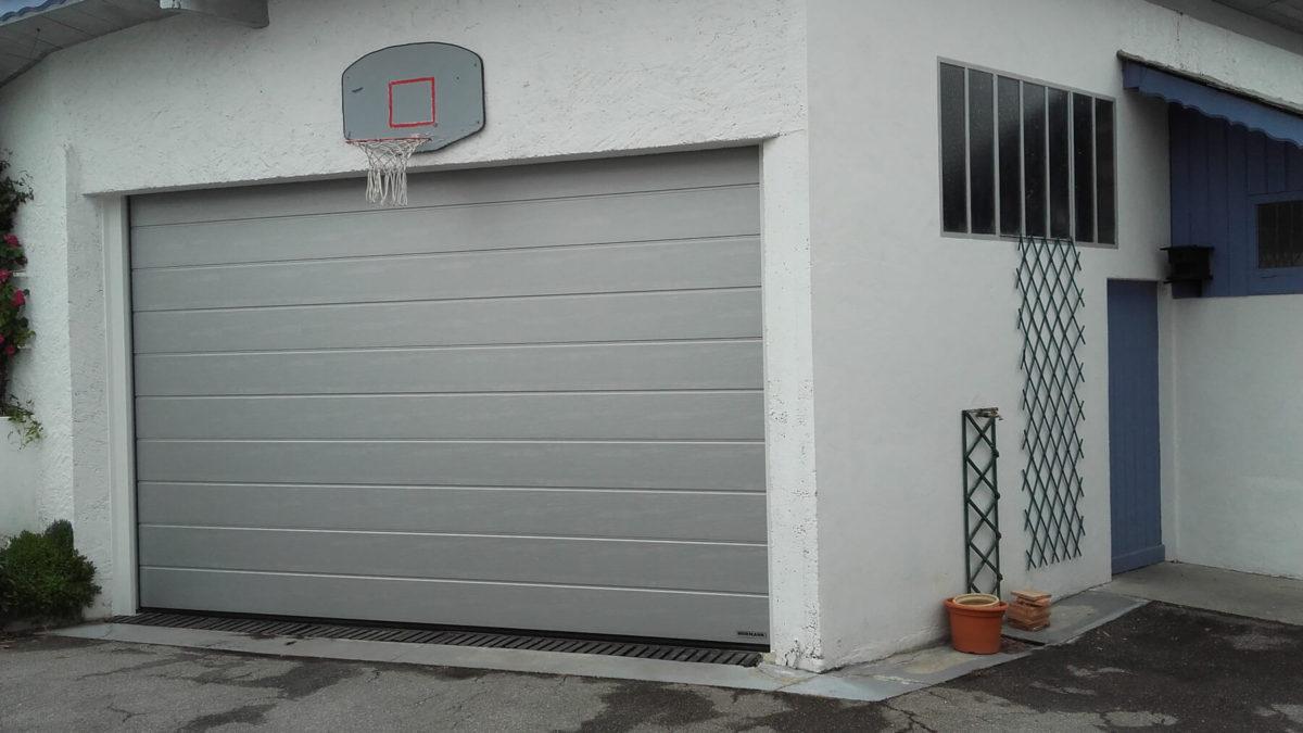 Porte garage sectionnelle motorisée dans une maison à Chambery (Savoie)